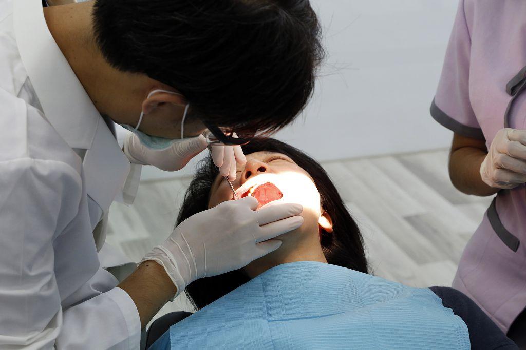 什麼原因會影響假牙價格?植體價格及手術費用要分開看!(文末含假牙補助資訊)