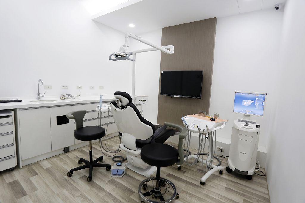 介紹牙周病的多種併發症,及牙周病導致牙齦萎縮的常見治療方式