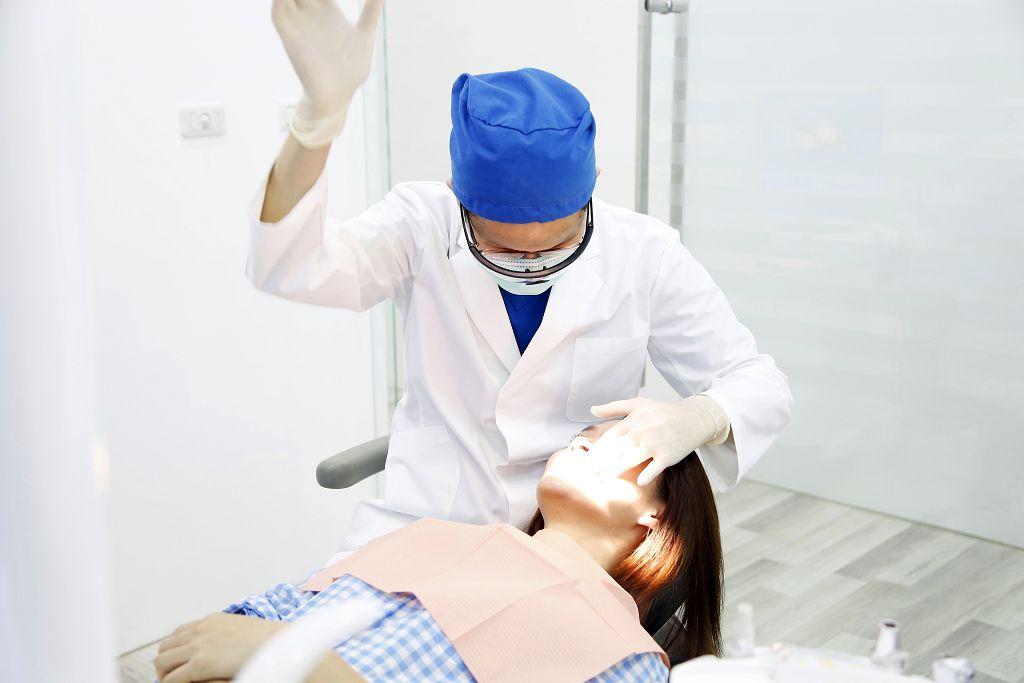 植牙手術好還是做假牙牙橋好?來看看他們的比較結果吧!