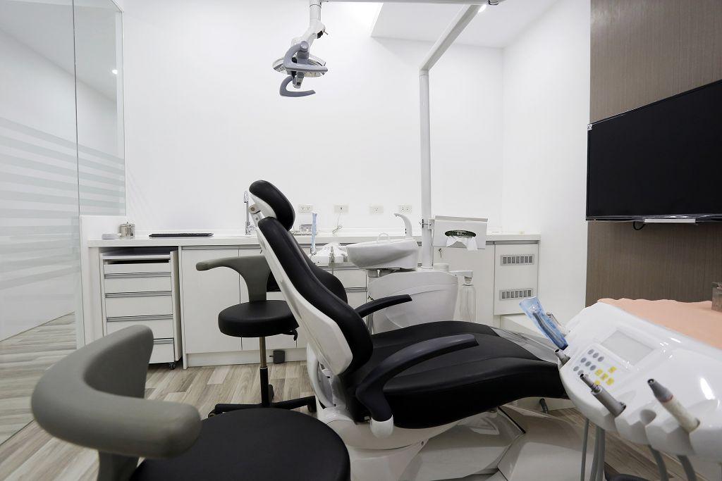 植牙知識分享:原來固定假牙、活動假牙、牙橋的差別在這!