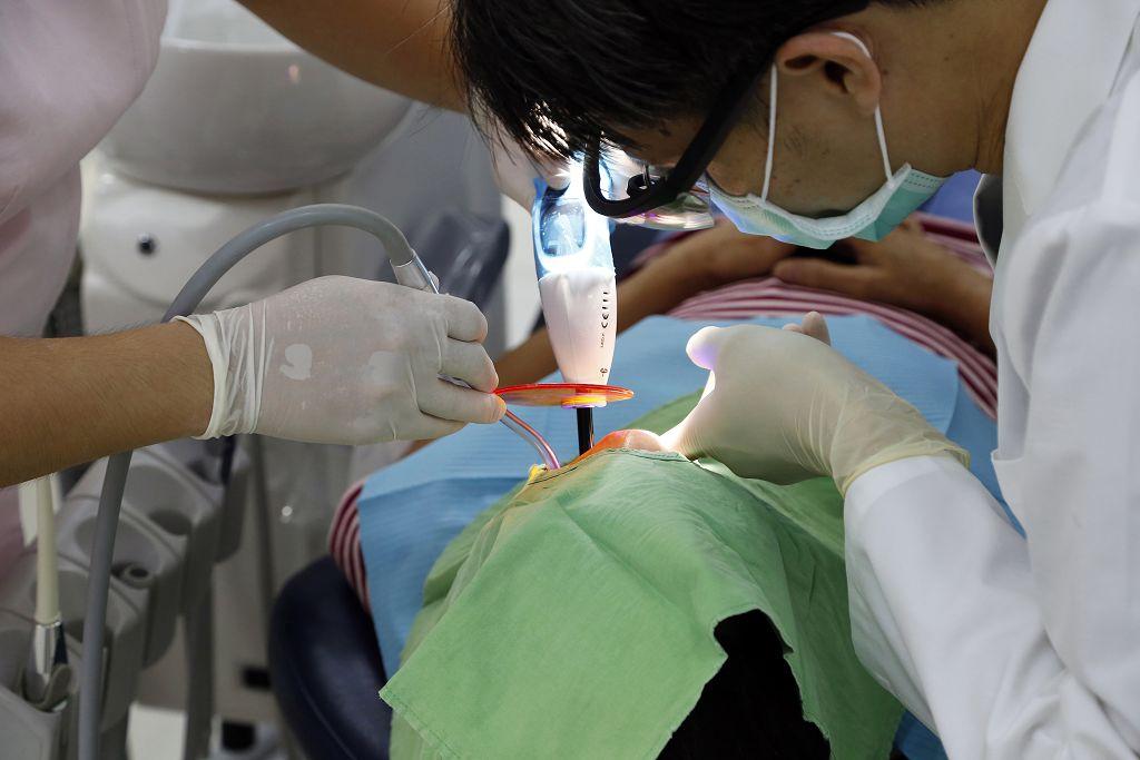 牙齒美白知多少-分享噴砂美白、冷光美白、瓷牙貼片的價格